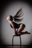 Posa esile adatta del corpo della donna di Atletic Fotografia Stock