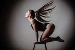 Posa esile adatta del corpo della donna di Atletic Fotografia Stock Libera da Diritti