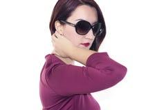 Posa femminile dai capelli rossi con il fondo bianco Fotografia Stock