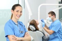 Posa femminile del dentista alla consultazione immagini stock