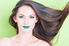Posa femminile del trucco e del concetto di bellezza dei capelli Fotografie Stock