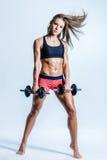 Posa femminile di giovane bella forma fisica nello studio Fotografia Stock Libera da Diritti