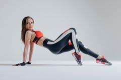 Posa femminile di giovane bella forma fisica nello studio fotografia stock