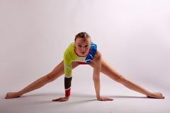 Posa geometrica della ragazza di yoga della ginnasta Fotografie Stock