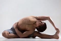 Posa girata di yoga del Testa--ginocchio Immagini Stock