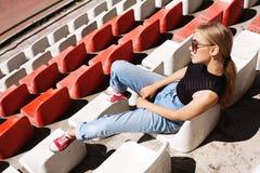 Posa girt pantaloni a vita bassa allo stadio Fotografie Stock