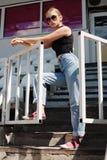 Posa girt pantaloni a vita bassa allo stadio Immagini Stock Libere da Diritti