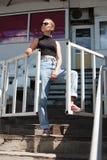 Posa girt pantaloni a vita bassa allo stadio Immagini Stock