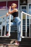 Posa girt pantaloni a vita bassa allo stadio Immagine Stock Libera da Diritti