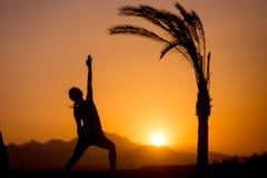 Posa inversa del guerriero di yoga Immagine Stock