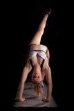 Posa invertita zoppicanta del personale di yoga Fotografia Stock