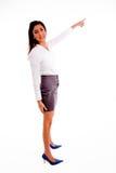 Posa laterale della donna indicante che esamina macchina fotografica Fotografie Stock