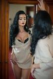 Posa mezzo nuda castana sexy attraente provocatorio Ritratto della donna sensuale nella scena classica del boudoir Donna lunga de fotografia stock libera da diritti