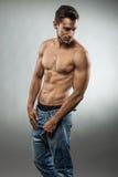 Posa muscolare bella dell'uomo mezzo nuda Immagini Stock Libere da Diritti