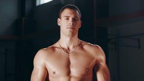 Posa muscolare dell'uomo topless video d archivio