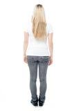 Posa posteriore di giovane femmina casuale immagine stock libera da diritti