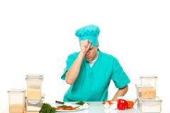 Posa preoccupata uomo spaventata del cuoco Bianco isolato Immagine Stock