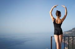 Posa sana adatta della ginnasta o del ballerino Fotografia Stock Libera da Diritti