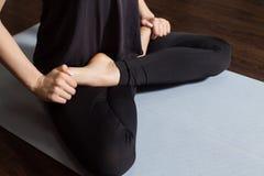 Posa semplice di yoga del ` s della donna Fotografie Stock
