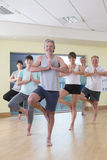 Posa senior della classe di yoga Fotografie Stock