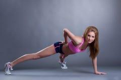 Posa sorridente dell'atleta femminile estorta in studio Fotografia Stock Libera da Diritti