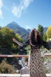 Posa turistica nelle colline pedemontana delle montagne di atlante fotografie stock