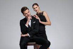 Posadzony fornal patrzeje z ukosa podczas gdy jego dziewczyna opiera na on fotografia stock