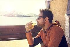 Posadzony i zrelaksowany mężczyzna pije piwo w pokoju fotografia stock
