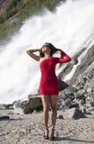 Posando con la cascata Immagine Stock