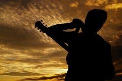 Posando con la chitarra Immagine Stock