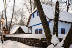 Poscard d'hiver d'un village roumain rural Image stock