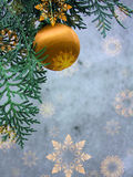 Poscard met sneeuwvlokken en Kerstmisbal Stock Foto's