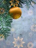 Poscard mit Schneeflocken und Weihnachtskugel Stockfotos