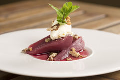 Poschierte Birnen im Rotwein Stockfoto