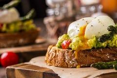 Poschierte Eier mit Avocado und Spargel Lizenzfreie Stockfotos