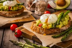 Poschierte Eier mit Avocado und Spargel Lizenzfreies Stockfoto