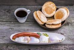 Poschierte Eier und Wurstfrühstück Stockfotografie