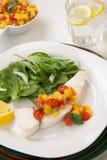 Poschierte Heilbutt-und Pfirsich-Salsa lizenzfreie stockfotos