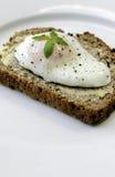 Poschiertes Ei auf frischem Brot Lizenzfreies Stockbild