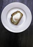 Poschiertes Ei auf weißer Platte Stockfotos
