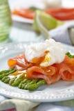 Poschiertes Ei mit Lachsen und Spargel Stockfotos