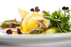 Poschiertes Ei mit Spargel Stockbilder
