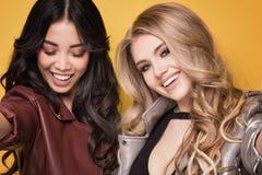 Pose à la mode de deux filles Images libres de droits