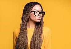 Pose à la mode de jeune fille photographie stock libre de droits