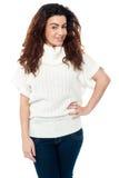 Pose élégante saisissante de femme à la mode Photographie stock libre de droits