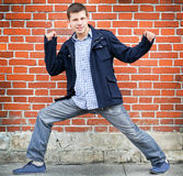 Pose active de jeune homme Photo stock