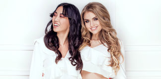 Pose adorable de deux filles Photo stock