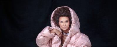 Pose Afro à la mode de femme Image libre de droits
