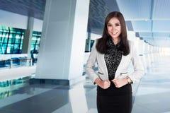Pose asiatique de femme d'affaires de succès sur l'aéroport Photos stock
