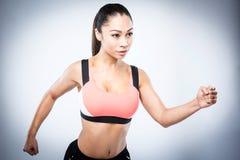 Pose asiatique sportive de fonctionnement de fille image libre de droits